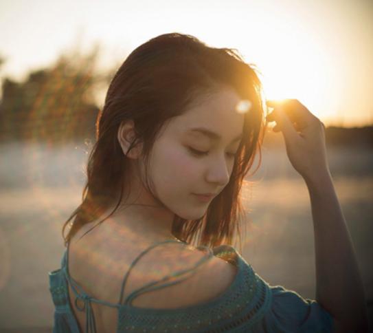 夕日と海をバックに写る平祐奈のグラビア画像