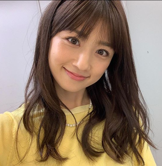 黄色い洋服を着て幸せそうに微笑む小倉優子の画像アップ