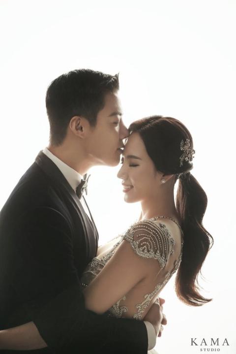 イ・サンファの額にキスをする旦那のKangnamの結婚式前撮りウェディングドレス写真