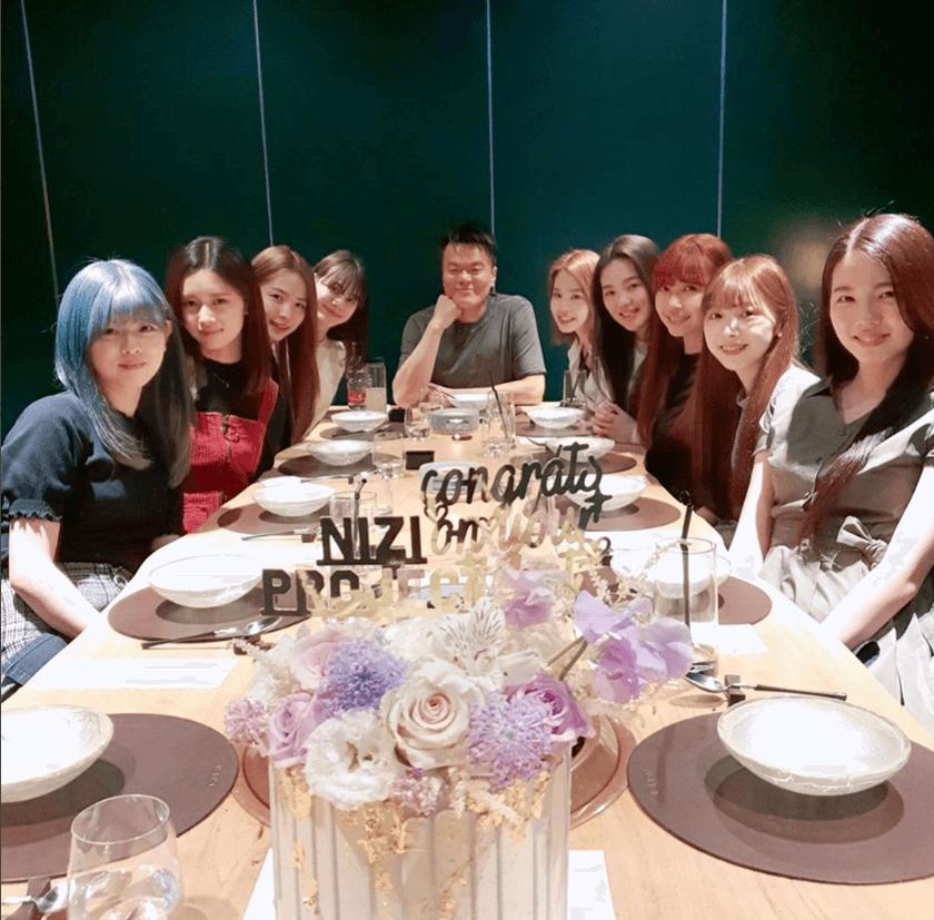 プレデビュー祝いの食事をするNiziUとパク・ジニョン