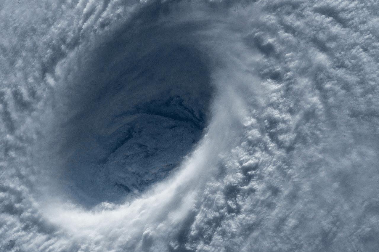 宇宙から見た台風の写真